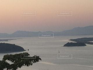 背景の山と水体の写真・画像素材[895004]