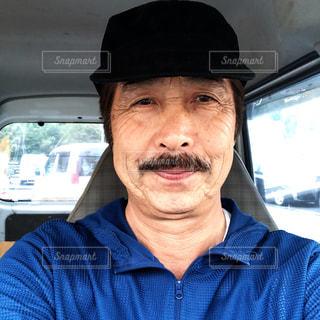 車の中、selfie を取って帽子をかぶった男の写真・画像素材[1448111]