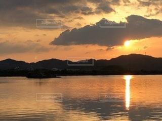 水面に映る夕陽柱の写真・画像素材[2275272]