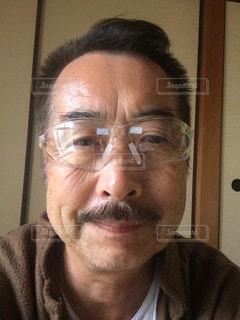 眼鏡をかけてカメラに微笑む男の写真・画像素材[2504001]
