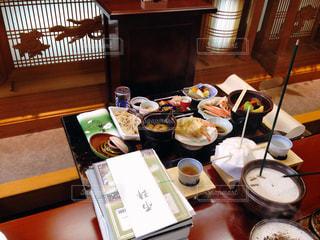 テーブルな皿の上に食べ物のプレートをトッピングの写真・画像素材[786479]