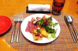 テーブルの上に食べ物のプレートの写真・画像素材[786501]