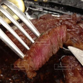 近くにナイフとフォークの食事のプレートのアップの写真・画像素材[788274]