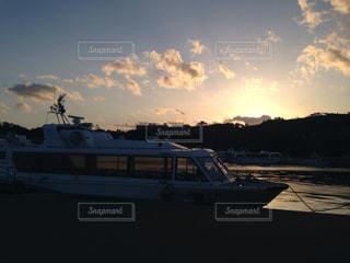 水の体に沈む夕日の写真・画像素材[1242909]