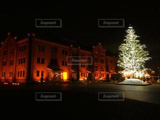 夜のライトアップされた街の写真・画像素材[862087]