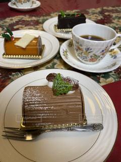 テーブルの上の皿の上のケーキの写真・画像素材[2842400]