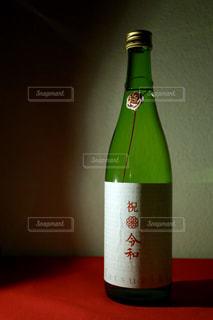 テーブルの上のビンの写真・画像素材[2278397]