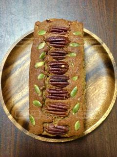 木製のテーブルの上の食べ物の皿の写真・画像素材[2294526]
