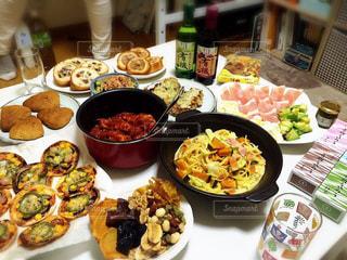 食べ物でいっぱいのテーブルの写真・画像素材[2294560]