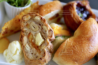 お皿の上のパンのクローズアップの写真・画像素材[2294646]