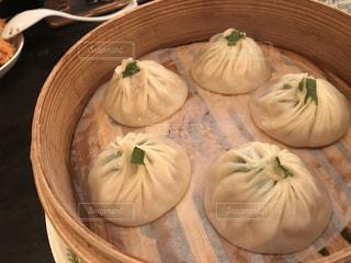 木製のテーブルの上の食べ物の写真・画像素材[2294652]