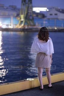 水域の前に立っている人の写真・画像素材[2299701]