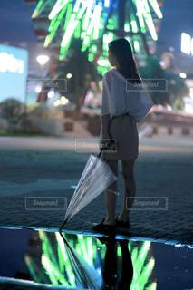 水たまりに立っている人の写真・画像素材[2299710]