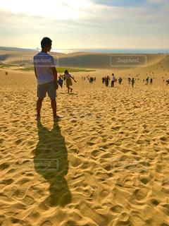 砂浜の上に立つ男の写真・画像素材[2356352]
