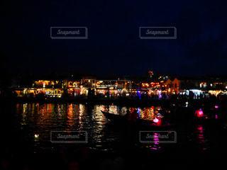 夜の空の都市と水体の写真・画像素材[956986]