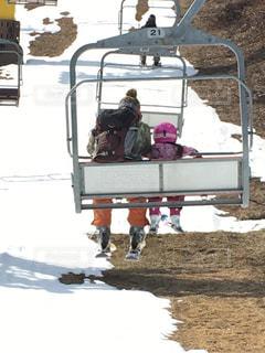 リフトに乗るお父さんと幼児の親子の写真・画像素材[2891113]