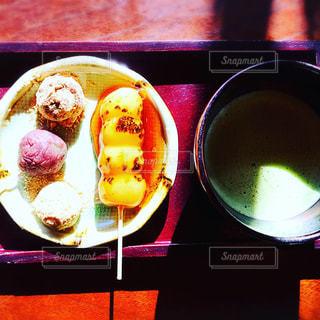 近くのテーブルの上に食べ物をの写真・画像素材[1774692]