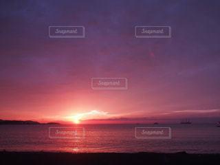 夕日に染まる海の写真・画像素材[1080492]