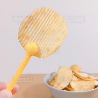 ポテトチップスは食べたいが手は汚したくないの写真・画像素材[2797150]