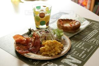 テーブルの上に食べ物のプレートの写真・画像素材[710020]