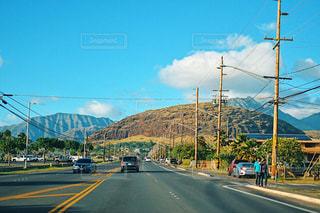 車が道の端に並んでいます。の写真・画像素材[1727435]