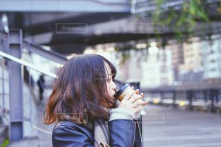 携帯電話で通話中の女性の写真・画像素材[1727457]