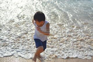 ビーチに立っている少年の写真・画像素材[1762819]