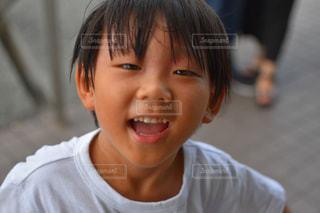 カメラに笑っている少年の写真・画像素材[1794473]