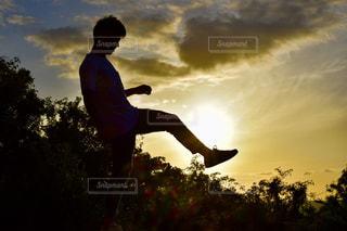 スケート ボードに乗っている間は空気を通って飛んで男の写真・画像素材[1794481]