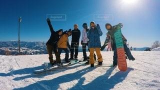 雪に覆われた斜面の上に立つ人々のグループの写真・画像素材[2742335]