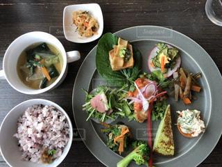 板の上に食べ物のボウルの写真・画像素材[1236417]