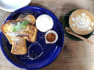 食品とコーヒーのカップのプレートの写真・画像素材[1236418]