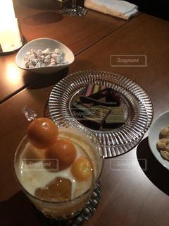 テーブルの上に食べ物のプレートの写真・画像素材[1879592]