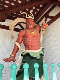 赤い仁王像の写真・画像素材[1066996]