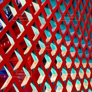 赤い格子の写真・画像素材[2094466]