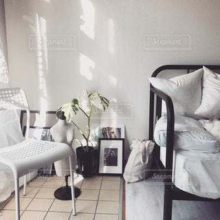 寝室ベッドと部屋の椅子の写真・画像素材[1880798]