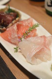 テーブルの上に食べ物のプレートの写真・画像素材[725691]