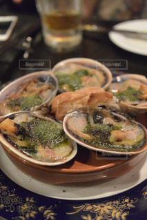 テーブルの上に食べ物のプレートの写真・画像素材[725727]