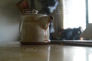近くのテーブルの上に花瓶をの写真・画像素材[728320]