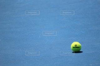 黄色いテニスボールの写真・画像素材[1004547]