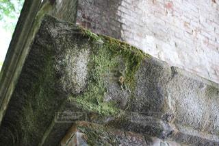 岩の壁がある石造りの建物の写真・画像素材[2104906]