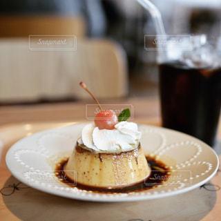 近くに皿の上のケーキのアップの写真・画像素材[986458]