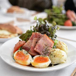 テーブルの上に食べ物の種類トッピング白プレートの写真・画像素材[986460]