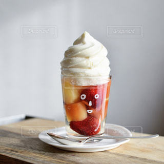 テーブルの上のコーヒー カップの写真・画像素材[986462]