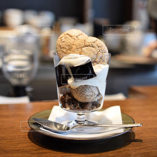 木製テーブルの上のコーヒー カップの写真・画像素材[1009150]