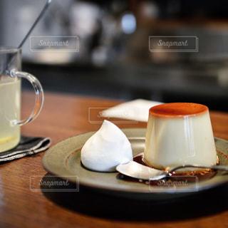 テーブルの上のコーヒー カップの写真・画像素材[1009151]