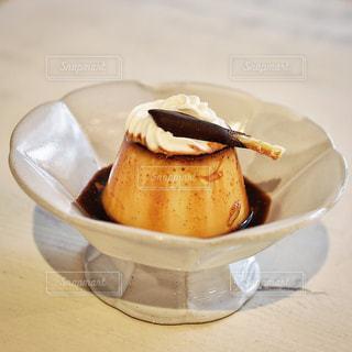 テーブルの上に座って食品のボウルの写真・画像素材[1089355]