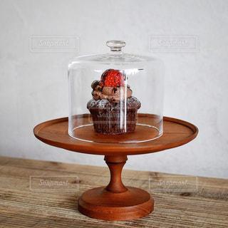 木製テーブルの上に座っている花瓶の写真・画像素材[1249731]