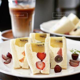 近くのテーブルの上に食べ物のプレートの写真・画像素材[1249735]