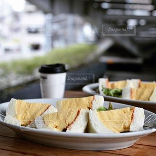 テーブルの上に食べ物のプレートの写真・画像素材[1249736]